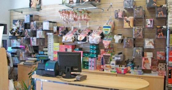arredamento-negozio-intimo-bancone-cassa